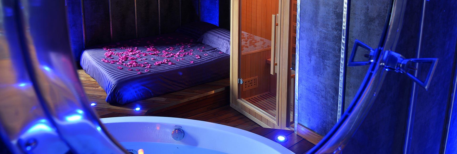 Chambre avec Jacuzzi et Sauna Privatif - Le Boat Spa Romantique à ...